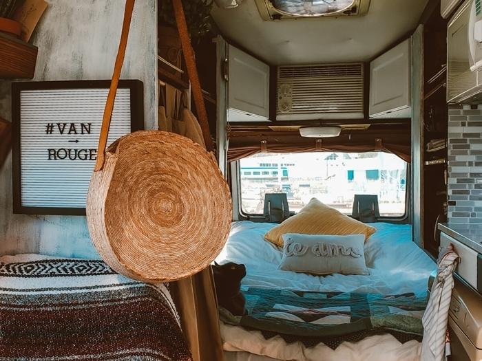 sac à main fibre végétal accessoires bohème vie voyage amenager son fourgon avec lit coussins décoratifs petite cuisine