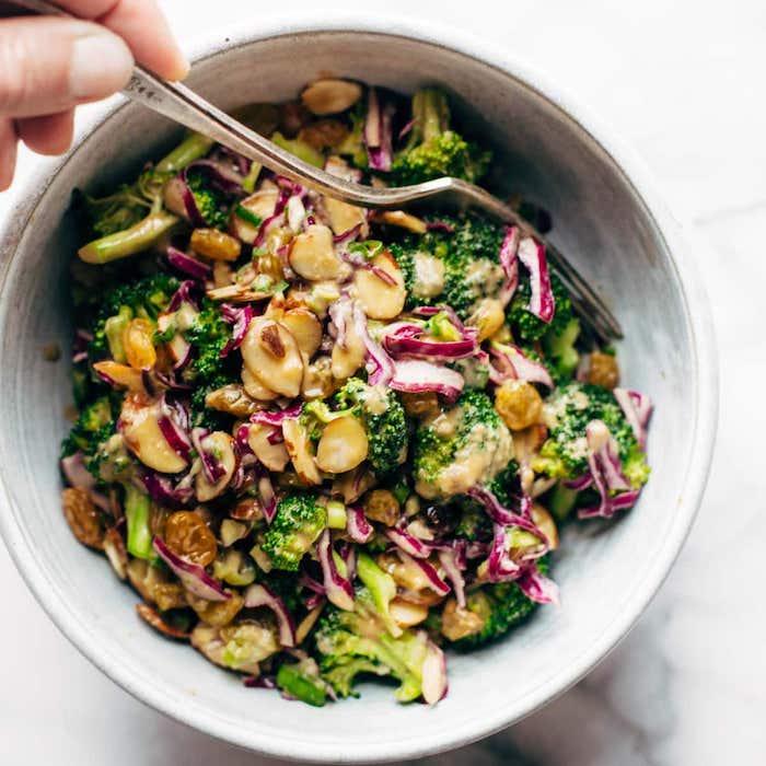 salade de saison brocoli raisins chou rouge et noisettes petite portion
