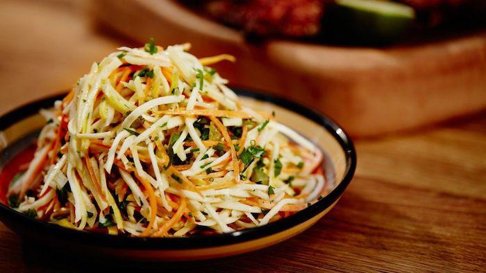 salade de saison racines courgettes rapes table en bois