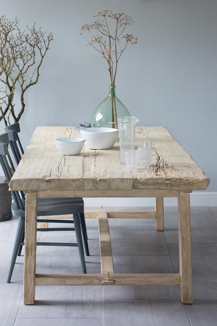 salle à manger en style rustique moderne chaises noirs table en bois sans peinture