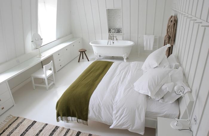 salle d eau dans chambre décoration minimaliste chambre blanche aménagement sous combles tapis berbère beige et noir franges