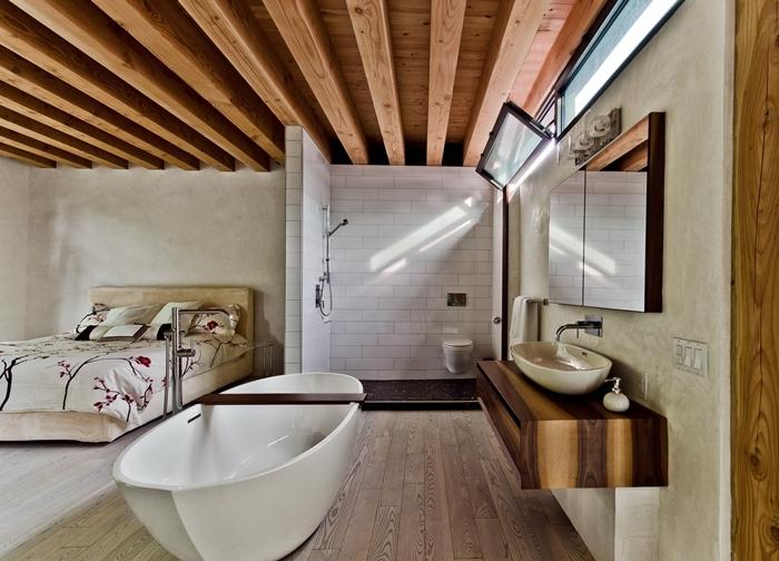 salle de bain dans chambre moderne plafond rustique poutres bois apparentes miroir revêtement de sol bois carrelage métro