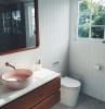 salle de bain style rustic aux murs en bois couleur blanche aux grands fenetres