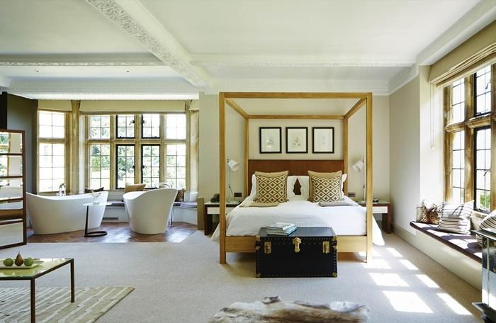 salle de bain suite parentale peinture vert pastel mur dea cadre photo noir cadre de lit bois table basse tapis beige