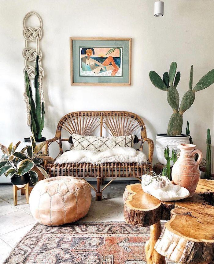 salon boheme chic avec canapé en rotin tapis oriental table basse bois cactus en pot murs blancs