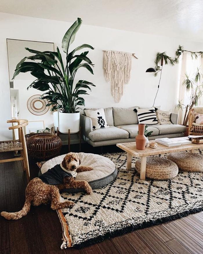 salon boheme chic style moderne tapis moelleux blanc et noir table basse bois clair pouf tressé paille suspension macramé