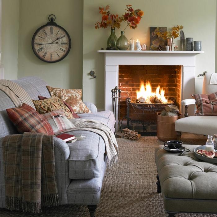 salon chaleureux et accueillant idée déco salon cocooning rustique maison cheminee et canape carré motif