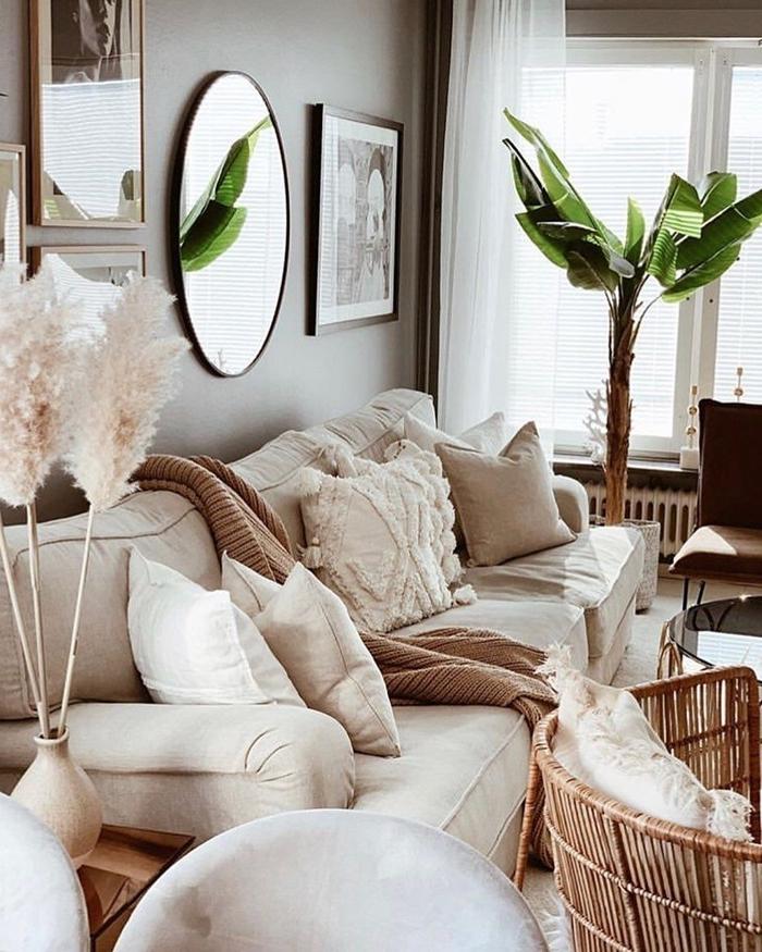 salon peinture gris clair miroir plante verte deco salon boheme cadre photo bois canapé blanc coussin jeté beige