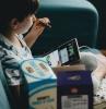 securise bien votre enfant su internet petit garcon sur un fauteuil bleu
