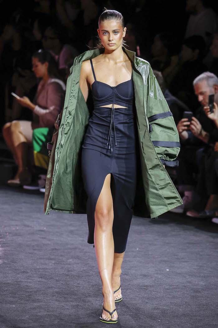 semaine de la mode a new york tailor hill en tongues et une matneau vert syle année 2000