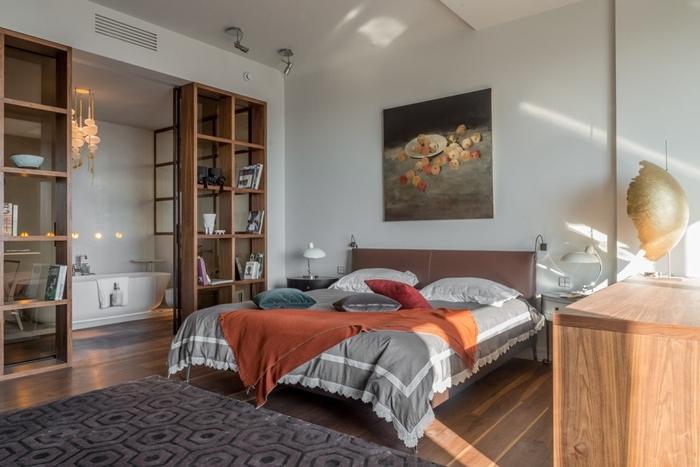 separation chambre salle de bain photos étagère bois rangement ouvert tapis gris anthracite parquet bois baignoire