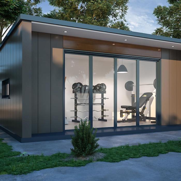 studio de jardin habitable transforme en salle de sport appareils de gymnastique dans un bureau