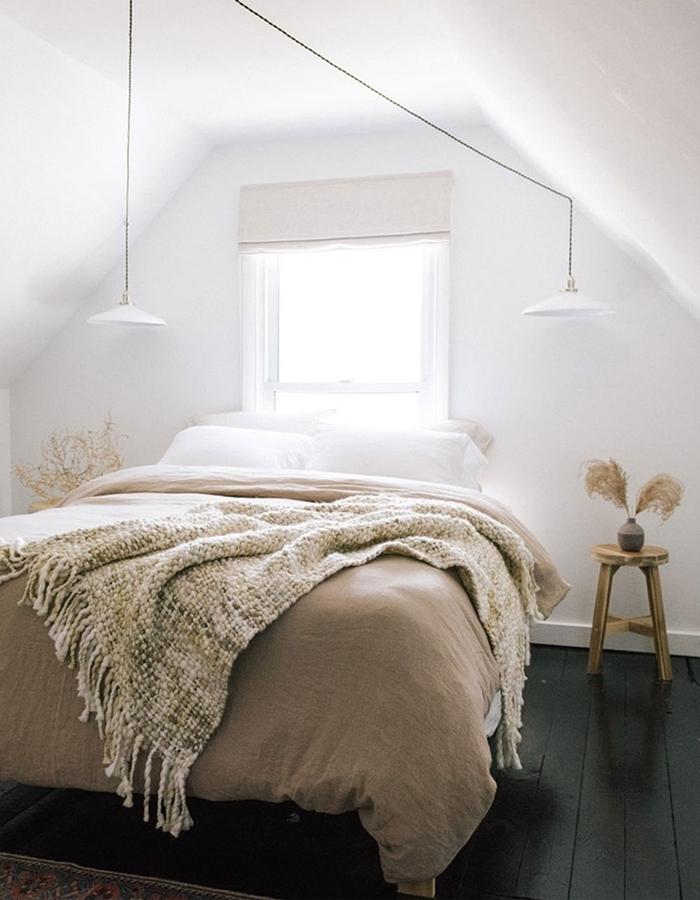 style minimaliste design chambre sous pente fenêtre lampe suspendue blanche plumeau deco vase béton table chevet bois
