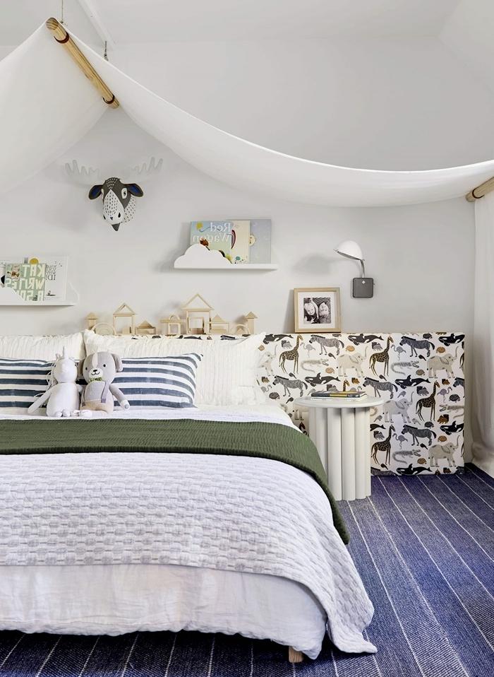 tête de lit pour enfant déco chambre minimaliste tête de lit motifs animaux avec rangement pour jouets en bois table de chevet blanche