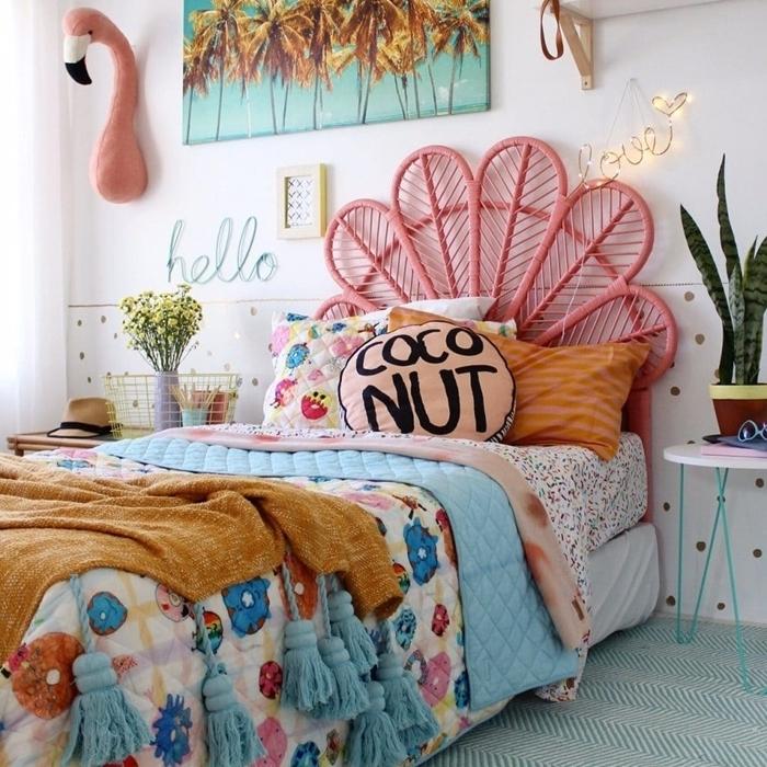 tête de lit pour enfant décoration chambre blanche motifs tropicaux plaid glands table de chevet rose et bleu pastel plante verte chambre