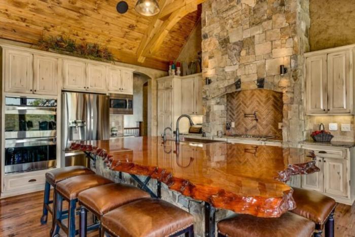table grande cuisine bois massif moderne cuisine style campagne ferme cheminee et four en un