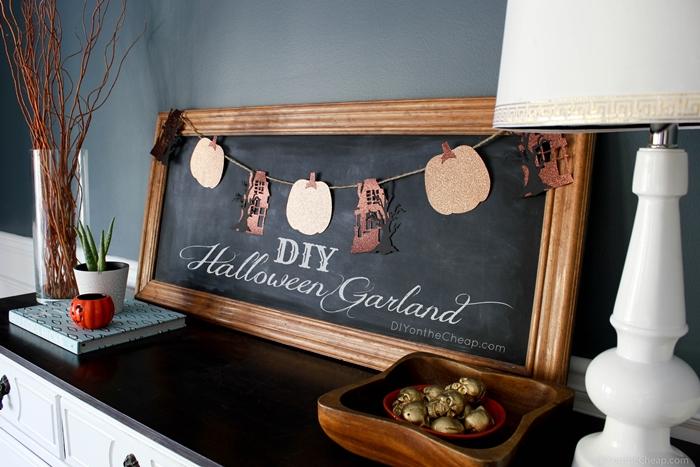 tableau peinture ardoise cadre bois peinture murale gris anthracite deco halloween facile a faire bol bois lampe blanche