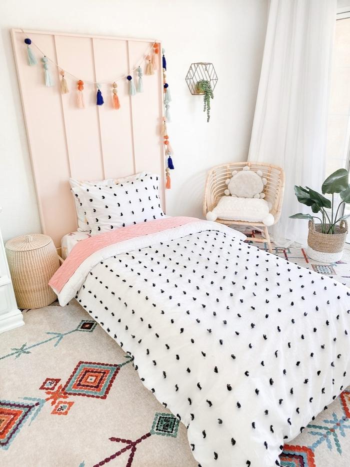 tapis blanc motifs géométriques colorés couverture de lit blanche motifs noirs deco tete de lit en bois peinture rose pastel guirlande glands diy