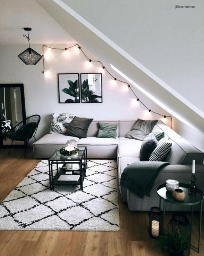 tapis cocooning deco salon cosy salon chaleureux et accueillant moderne salle de sejour guirlande lumineuse canapé gris angle