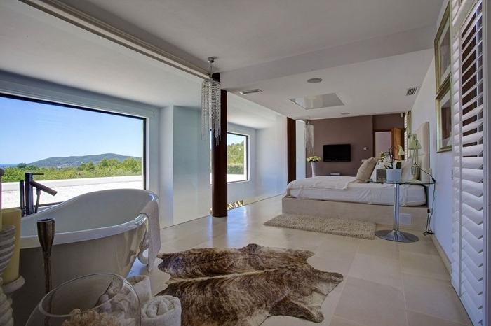 tapis imitation peau animale salle de bain ouverte sur chambre baignoire peinture murale rose poudré déco chambre adulte