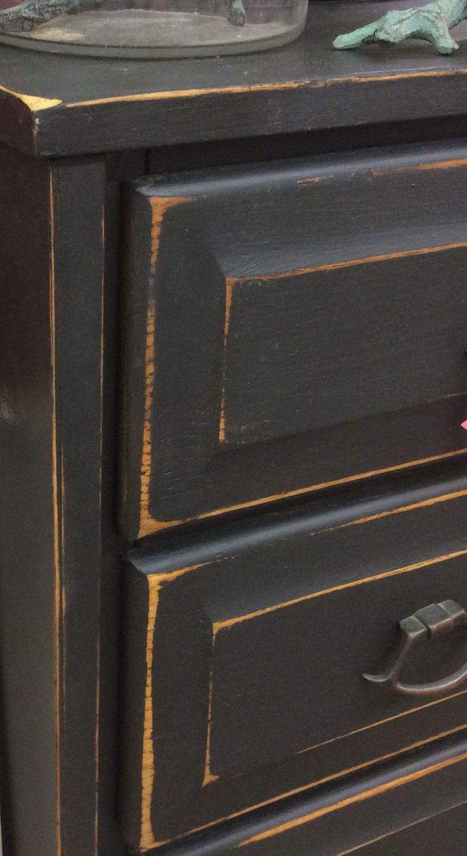 technique de relooker un meuble ancien peinture noire sur un commode ancien