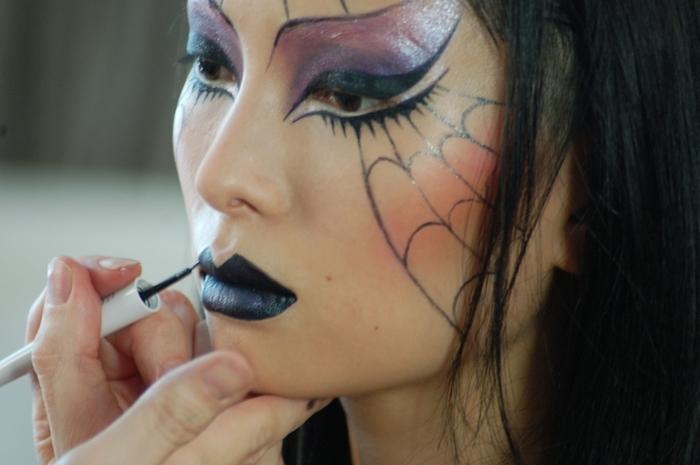 technique maquillage halloween simple femme déguisement dessin sur visage eyeliner noir fards à paupières brillants