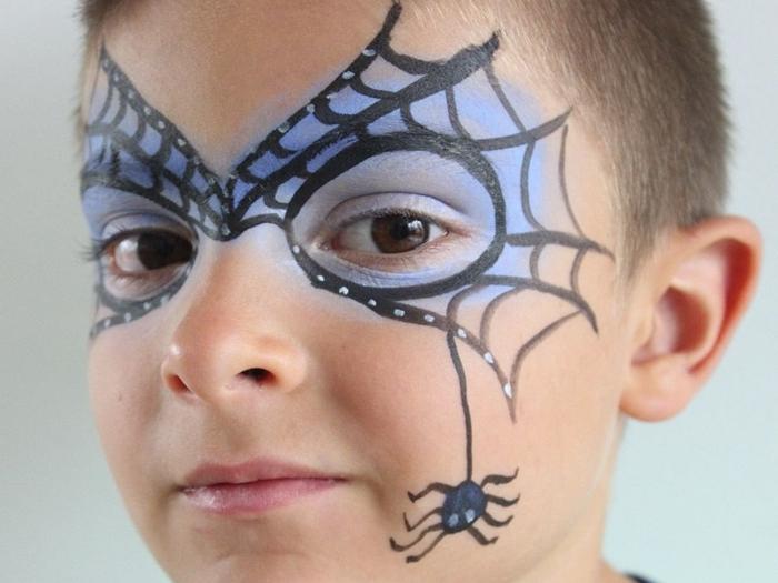 technique peinture visage garçon déguisement fête maquillage halloween facile pour enfant fards paupières bleus crayon noir