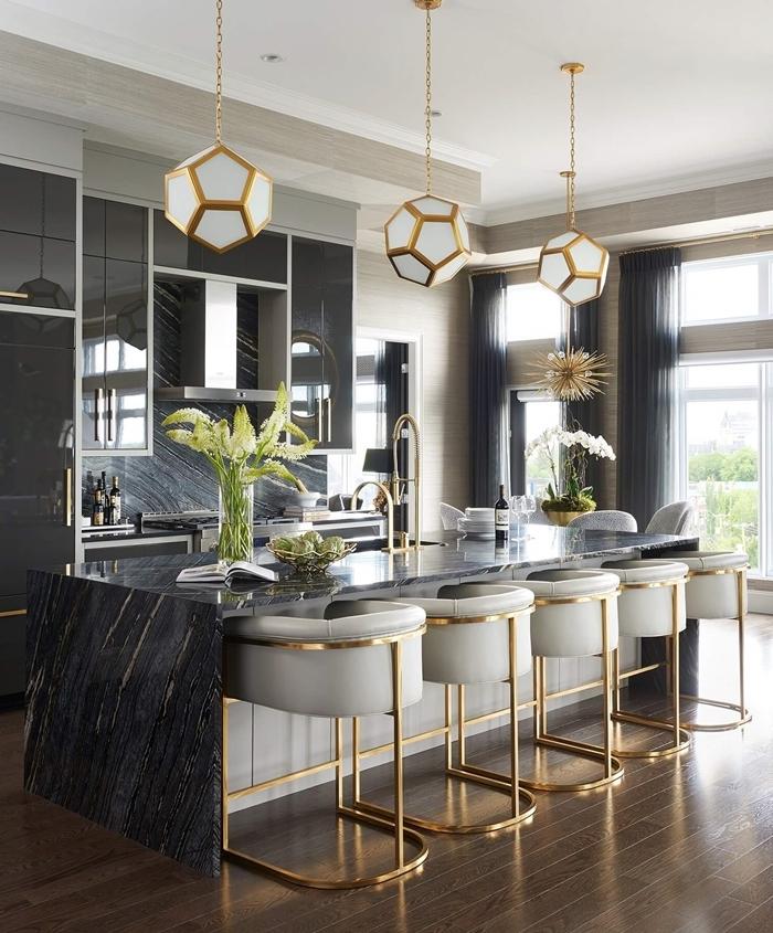 tendance cuisine 2020 décoration cuisne en noir et blanc avec accents dorés lampe suspendue blanc et or chaises de bar