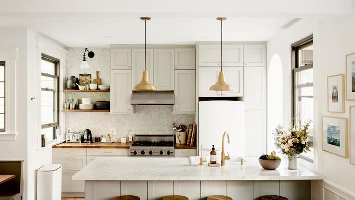 tendance cuisine 2020 design intérieur style déco cuisine blanc et bois avec accents métal lampe suspendue or îlot