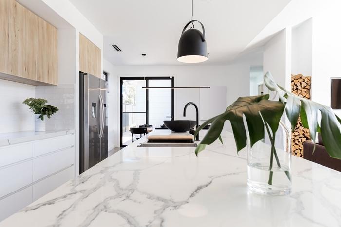 tendance cuisine 2020 lampe suspendue noire robinet meubles haut bois comptoir marbre blanc déco cuisine blanc et bois