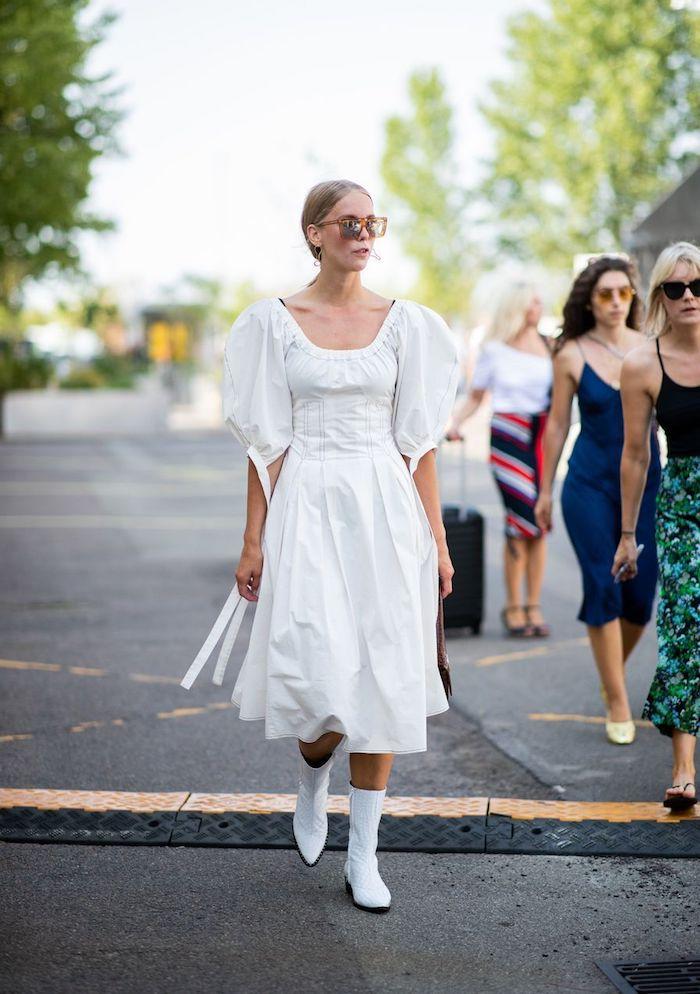 tenue chic femme la semaine de la mode robe manches bouffantes et bottes blanches en cuir
