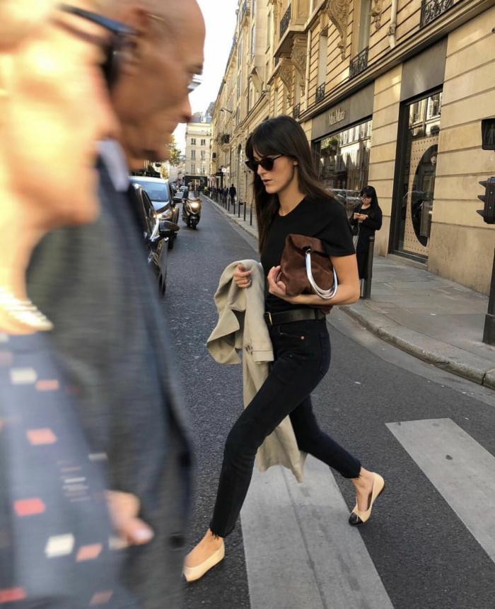 tenue tout noir jean slim tenue décontractée chic femme style bcbg parisienne cheveux longs frange
