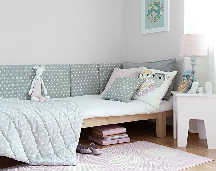 tete de lit a faire soi meme décoration chambre fille en gris et rose pastel lit en bois tapis rose livres coussin décoratif