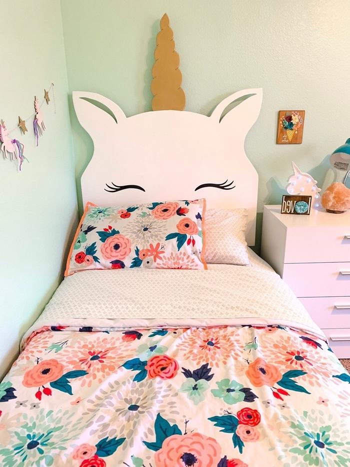 tete de lit a faire soi meme en forme tête licorne yeux couverture de lit motifs floraux peinture murale vert pastel meuble commode blanche
