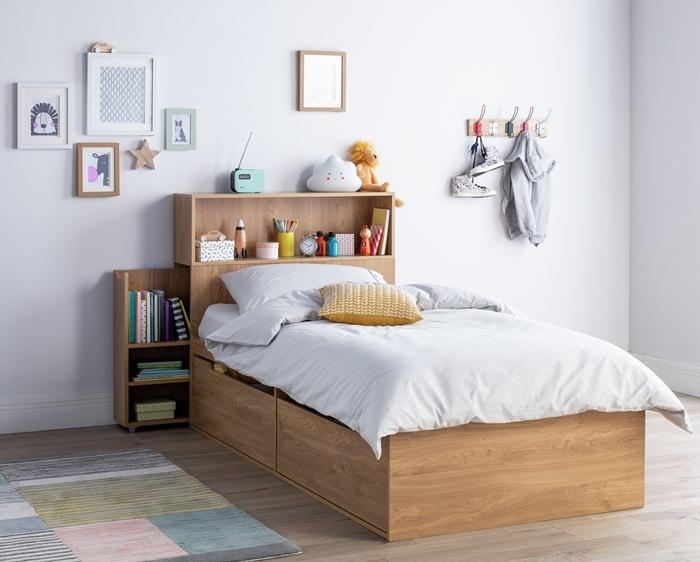 tete de lit avec chevet rangent chambre enfant décoration chambre blanc et bois avec accents pastel tapis coussin jaune moutarde mur de cadres