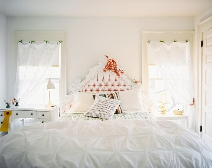 tete de lit blanche boutonnée décoration lit cocooning avec coussins décoratifs meuble de chevet bois blanc déco petite chambre enfant