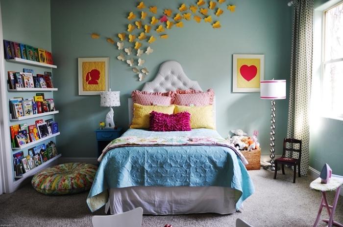 tete de lit blanche boutonnée rangement livre étagères murales bibliothèque chambre enfant papillons en papier lampe chevet