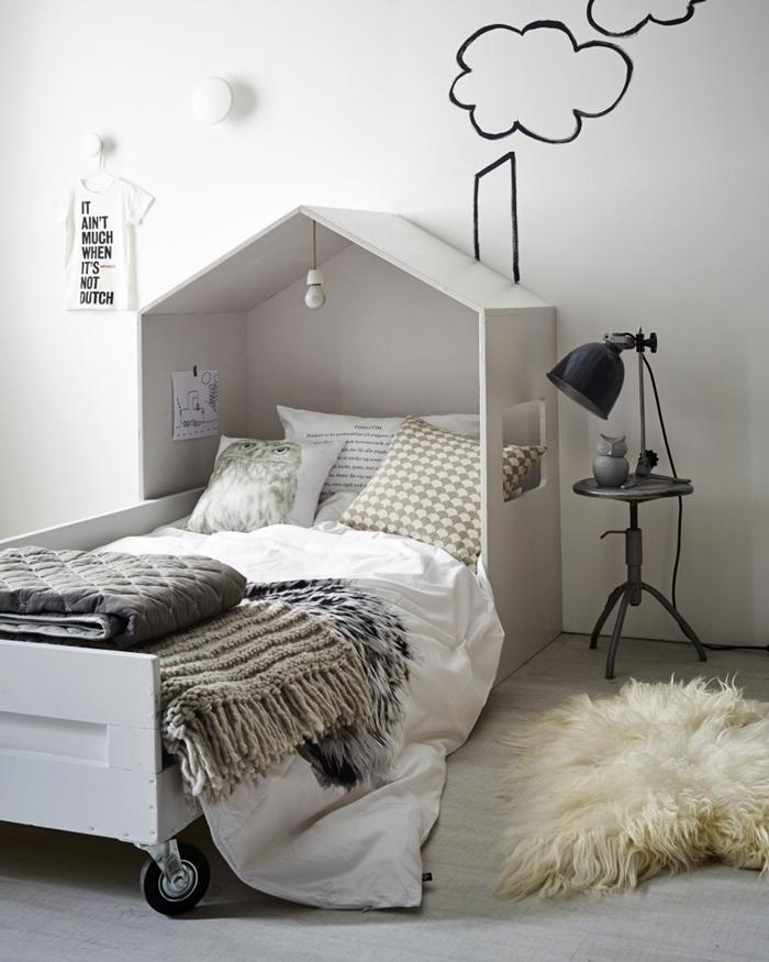 tete de lit bois blanc dessin nuages tapis fausse fourrure blanche cadre de lit bois blanc tête de lit sous forme de maison