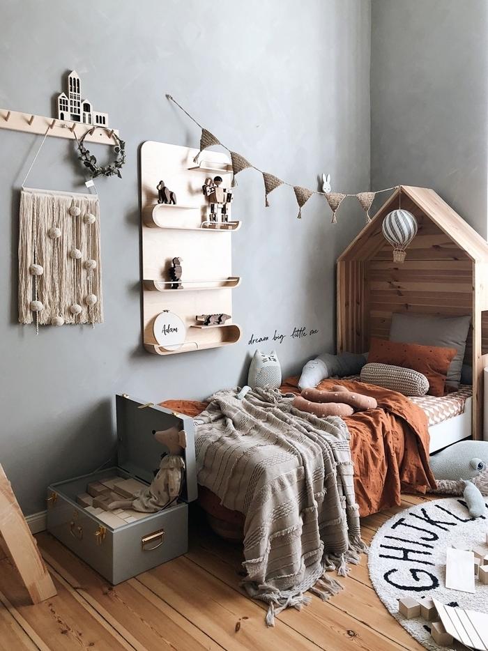 tete de lit bois en forme de maison décoration chambre enfant style minimaliste peinture à effet béton revêtement de sol parquet bois