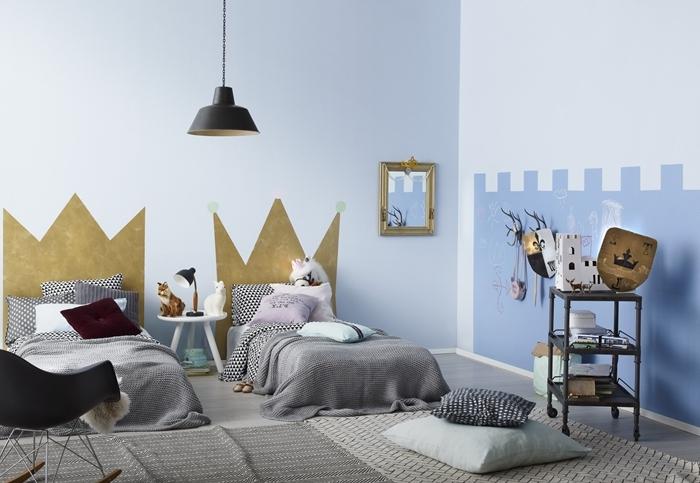 tete de lit diy en peinture or forme couronne lampe suspendue noir mat tapis gris clair meuble rangement fer peinture chambre bleue