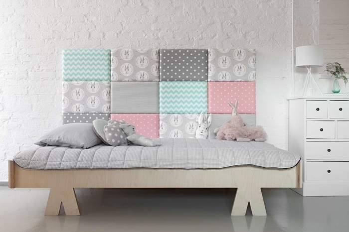 tete de lit diy tissu motifs géométriques couleurs pastel meubles bois peinture briques blanches meuble blanc déco chambre enfant minimaliste