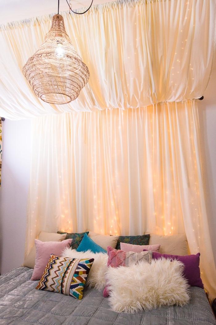tete de lit fait maison baldaquin rideaux blancs guirlande lumineuse décoration lit cocooning avec coussins décoratif coussin fausse fourrure blanche