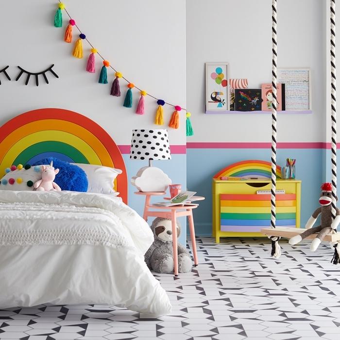 tete de lit fait maison en forme arc en ciel guirlande diy avec glands en laine multicolore meuble table de chevet rose pastel