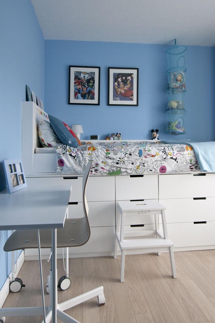tete de lit ikea décoration petite chambre enfant aux murs bleus peinture murale déco chambre en blanc et bleu cadre noir