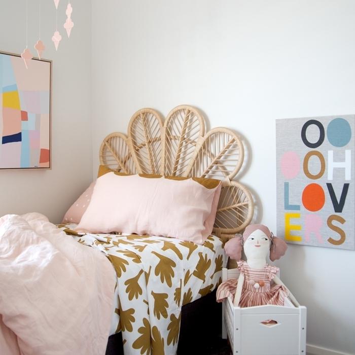 tete de lit moderne en rotin design paon couverture de lit blanche motifs feuilles dorées jouets décoration murale poster art
