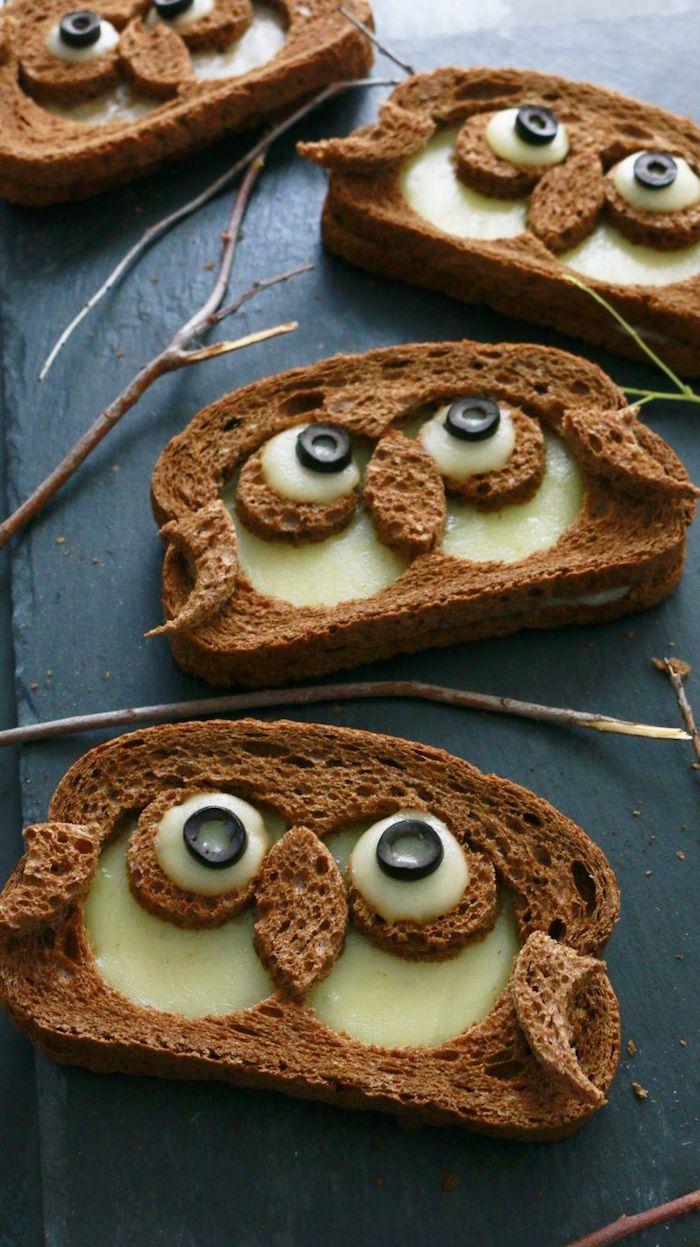 toast halloween des tranches de pain coupes en forme d hibou avec des yeux