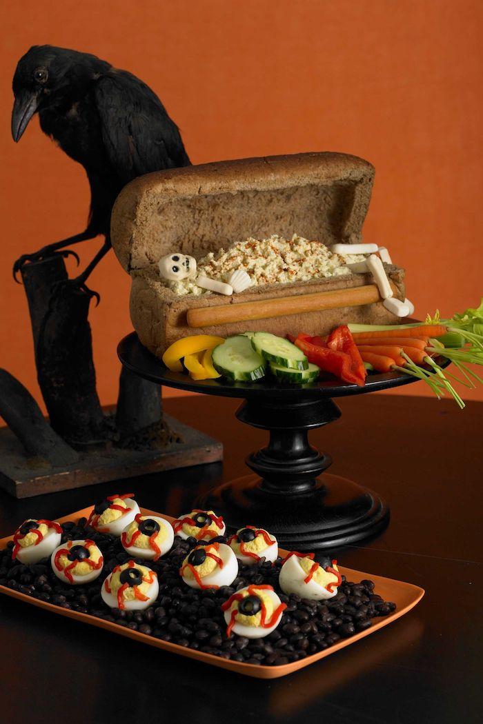 toast halloween un coffre de pain avec une squelette des oeufs sanglantes diaboliques et un corbeau de deco