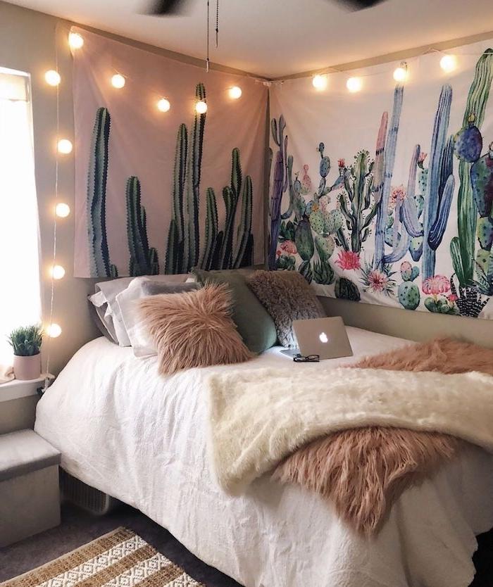toile murale decorative à motif cactus et lit surchargé de coussins deco chambre boheme, déco avec cactus romantique
