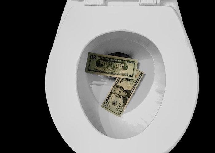 toilette wc en couleur blanc argent qui flotte dans la toilette