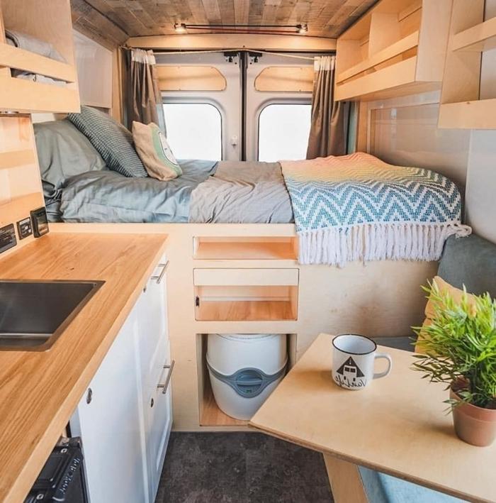travaux rénovation van véhicule transport amenagement camping car plafond bois éclairage petite cuisine bois comptoir